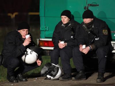 Durchatmen: Polizisten machen während einer Blockade-Aktion eine kurze Pause.