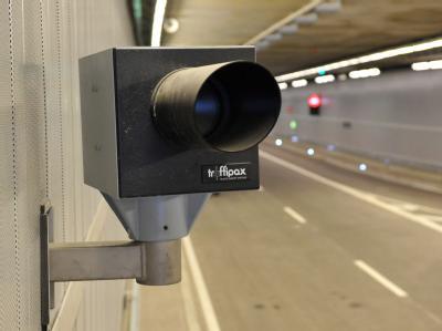 Eine Infrarotblitzanlage im Richard-Strauss-Tunnel in München: Weil er Radarfallen für Geldschneiderei hält, hat ein Richter in Herfordmehr als 40 geblitzte Autofahrer freigesprochen.