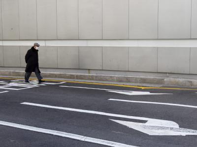 Ein Mann spaziert in Seoul über die Straße: Die Koreaner sind aufgefordert, während der Dauer des G20-Gipfels die Autos stehenzulassen.