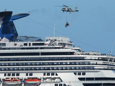 Die Passagiere der «Carnival Splendor» wurden per Helikopter mit Lebensmitteln versorgt.