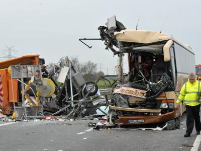 Bei dem Schulbus-Unglück auf der A28 sind zahlreiche Schüler verletzt worden.