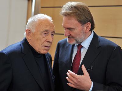 Heiner Geißler, Schlichter im Streit um das Bahnprojekt Stuttgart 21, unterhält sich im Sitzungssaal im Stuttgarter Rathaus mit Bahnvorstand Volker Kefer.