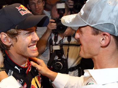 Der deutsche Rekordweltmeister Michael Schumacher beglückwünscht Sebastian Vettel nach seinem Sieg in der Formel-1-Weltmeisterschaft.