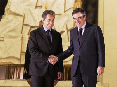 Nicolas Sarkozy bei der Verabschiedung des zurückgetretenen Ministerpräsidenten Francois Fillon: «Show» findet Frankreichs Opposition.