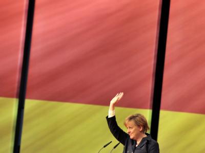 Dank für die Wiederwahl: Angela Merkel winkt den Parteitagsdelegierten zu.