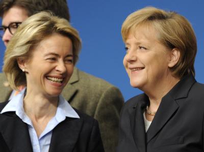 Bundeskanzlerin Angela Merkel (r) und Bundesarbeitsministerin Ursula von der Leyen