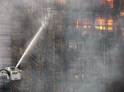Der verheerende Hochhausbrand in Shanghai soll durch unfachmännische Schweiß-Arbeiten ausgelöst worden sein. Acht Männer wurden festgenommen.