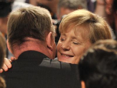 Nach der Wahl: Angela Merkel wird von CDU-Generalsekretär Hermann Gröhe umarmt.