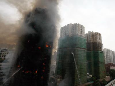Brennendes Hochhaus in Shanghai.