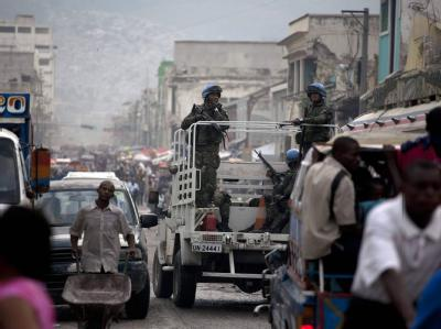 Brasilianische Blauhelmsoldaten fahren in Port-au-Prince Patrouille.