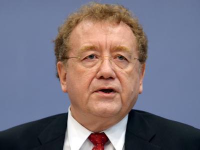 Dieter Engels, Präsident des Bundesrechnungshofes, stellt in Berlin den Prüfbericht 2010 vor.