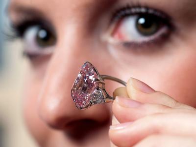 Im Auktionshaus Sotheby's ist ein rosa Diamant für umgerechnet fast 34 Millionen Euro versteigert worden.