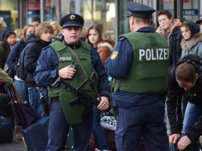 Polizisten mit Maschinenpistolen und schusssicheren Westen patrouillieren vor dem Hauptbahnhof in Berlin.