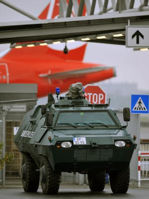 Gepanzertes Fahrzeug der Bundespolizei vor einem Tor des Flughafens in Düsseldorf.