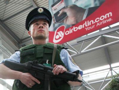Ein Bundespolizist patrouilliert am Flughafen. Bei dem verdächtigen Gepäckstück in Namibia handelte es sich nicht um eine scharfe Bombe, sondern um eine Attrappe.