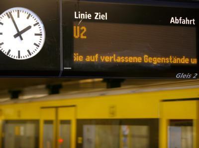 Der Schriftzug «Bitte achten Sie auf verlassene Gegenstände und Gepäckstücke» läuft am Donnerstag (18.11.2010) auf dem Bahnsteig eines U-Bahnhofes in Berlin über eine Anzeigentafel.
