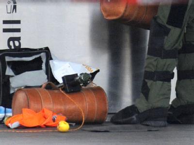 Ein Sprengstoffexperte bereitet die verdächtige Tüte auf dem Hauptbahnhof in Hannover zur Sprengung vor.