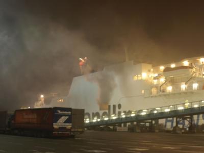 Rauchschwaden im Rostocker Hafen über der Fähre