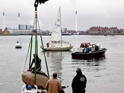 Die kleine Meerjungfrau kehrt, nach einem Exkurs zur Expo in Shanghai, heim auf ihren Platz im Hafen von Kopenhagen.