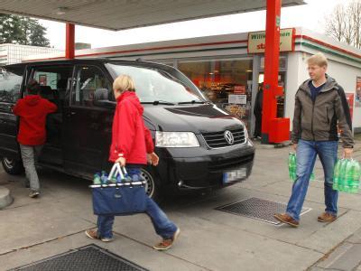 Lübecker kaufen an einer Tankstelle Trinkwasser-Vorräte.