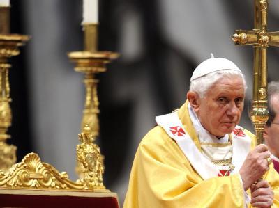 Papst Benedikt XVI. sagt in einem Interviewbuch, im Einzelfall sei die Benutzung von Kondomen als Verhütungsmittel im Kampf gegen Aids zu erlauben. «Keine Revolution», betont der vatikanische Pressechef.