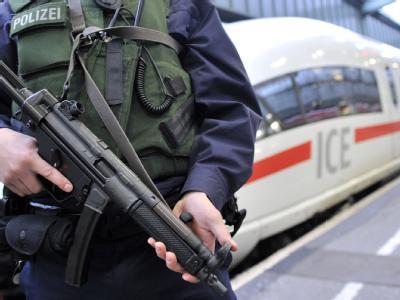Ein mit schusssicherer Weste und Maschinenpistole ausgerüsteter Beamter der Bundespolizei patrouilliert am im Hauptbahnhof Stuttgart.