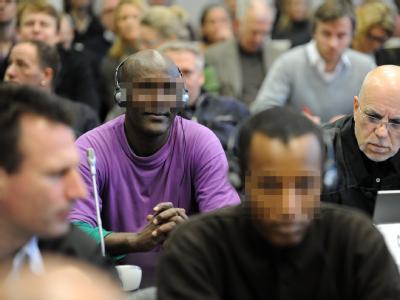 Die zehn Angeklagten müssen sich wegen Angriffs auf den Seeverkehr und erpresserischen Menschenraubs verantworten.