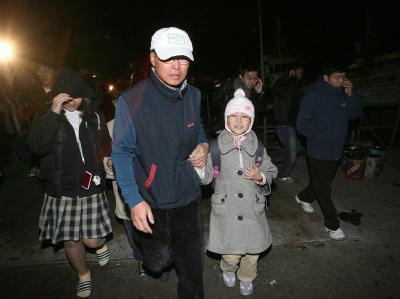 Eine Familie flüchtet nach dem Granatenbeschuss von der Insel Yeonpyeong.