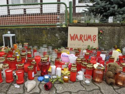 Kerzen stehen in Bodenfelde zum Gedenken der ermordeten Jugendlichen Nina und Tobias. Sie wären ohne den Ermittlungserfolg vermutlich nicht die einzigen Opfer geblieben.