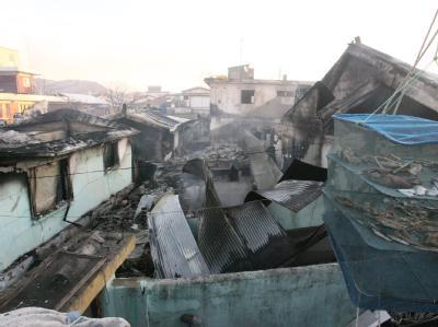 Volltreffer: Nach dem Beschuss mit Dutzenden Granaten sind ganze Straßenzüge auf der südkoreanischen Insel Yonpyong zerstört (Foto: Südkoreanische Küstenwache).