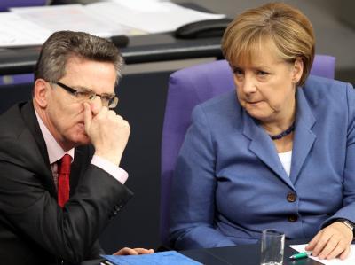 Bundeskanzlerin Angela Merkel zusammen mit Bundesinnenminister Thomas de Maiziere im Bundestag in Berlin.