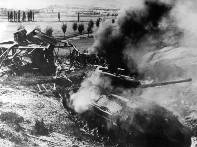 Nord- und Südkorea sind alte Feinde: Das etwa 60 Jahre alte Archivbild zeigt einen brennenden Panzer während des Koreakrieges, der am 25. Juni 1950 mit dem Einmarsch nordkoreanischer Truppen in Südkorea begann.