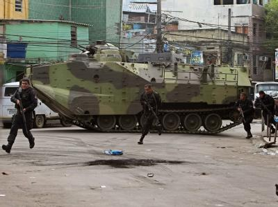 Die brasilianische Polizei setzt Panzer im Kampf gegen die Drogenbanden in den Favelas ein.