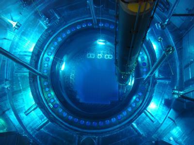 Mitten drin: In den geöffneten Reaktordruckbehälter eines Atomkraftwerks werden Brennelemente eingesetzt.