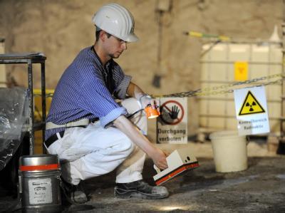 Ein Mitarbeiter des einsturzgefährdeten Atommülllagers Asse überprüft am 24.6.2009 den Boden vor der Kammer 12 auf Kontamination.