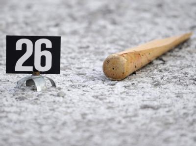Beweisstück: Ein zerbrochener Baseballschläger liegt am Tatort im Schnee.