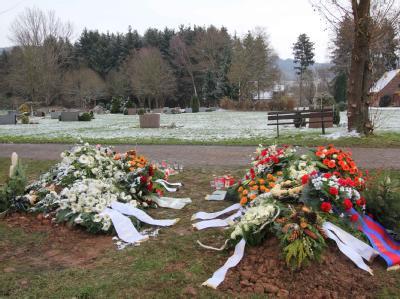 Die beiden Gräber von Nina und Tobias auf dem Bodenfelder Friedhof.