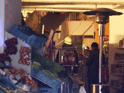 Decke stürzt auf Supermarkt-Kunden