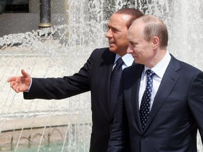 Wladimir Putin und Silvio Berlusconi (Archivfoto): WikiLeaks enthüllt, dass der italienische Regierungschef Berlusconi  als «Sprachrohr» des «Alpha-Rüden» Putin eingeschätzt wird.