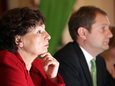 Hamburgs Zweite Bürgermeisterin Christa Goetsch (GAL,l) und Jens Kerstan, Fraktionsvorsitzender der Grün-Alternative Liste (GAL), vor Beginn der Pressekonferenz in Hamburg.