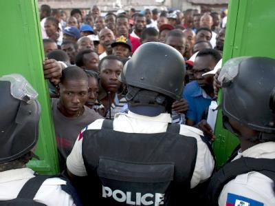 Polizisten lassen Wähler in Port-au-Prince in ein Wahllokal. Bei den Wahlen in Haiti hat es zahlreiche Probleme gegeben.