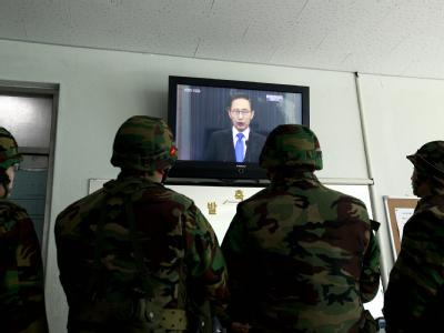 Südkoreanische Soldaten sehen die TV-Ansprache von Präsident Lee Myung Bak.