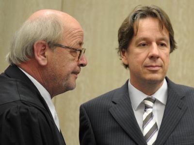 Der Wettermoderator Jörg Kachelmann (r) Ende Juli neben dem Anwalt Reinhard Birkenstock.