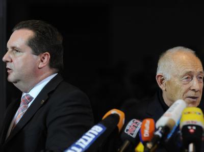 Der baden-württembergische Ministerpräsident Stefan Mappus (CDU, l) und Vermittler Heiner Geißler nach der Verkündung des Schlichterspruchs von Geißler. +