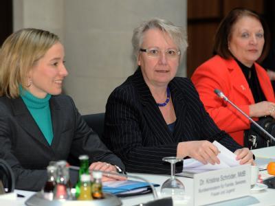 Bundesfamilienministerin Kristina Schröder (l-r), Bundesforschungsministerin Annette Schavan und Bundesjustizministerin Sabine Leutheusser-Schnarrenberger (FDP) beim Runden Tisch