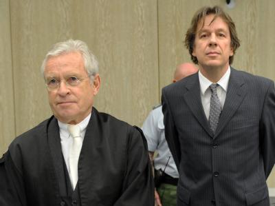 Jörg Kachelmann steht mit seinem neuen Anwalt Johann Schwenn (l) am 16. Prozesstag im Gerichtssaal des Mannheimer Landgerichts.