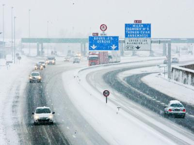 Schneechaos in Frankreich: Autos schleichen über eine Autobahn nahe Annecy.
