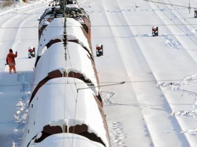 Schnee und Eis machen der Bahn weiterhin zu schaffen. Die ICE-Züge zwischen Nürnberg und Leipzig werden voraussichtlich noch bis Samstag über Fulda und Erfurt umgeleitet.