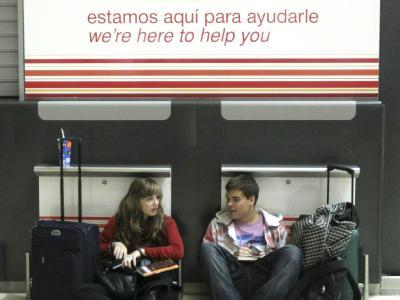 Zwei Passagiere warten am Flughafen Madrid-Barajas.