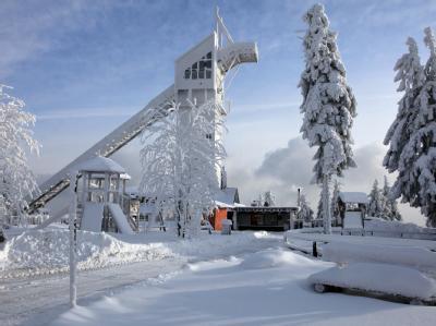 Der verschneite, 971 Meter hohe Wurmberg oberhalb von Braunlage im Oberharz.